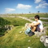 Dame macht eine Pause auf dem Dales Way Wanderweg